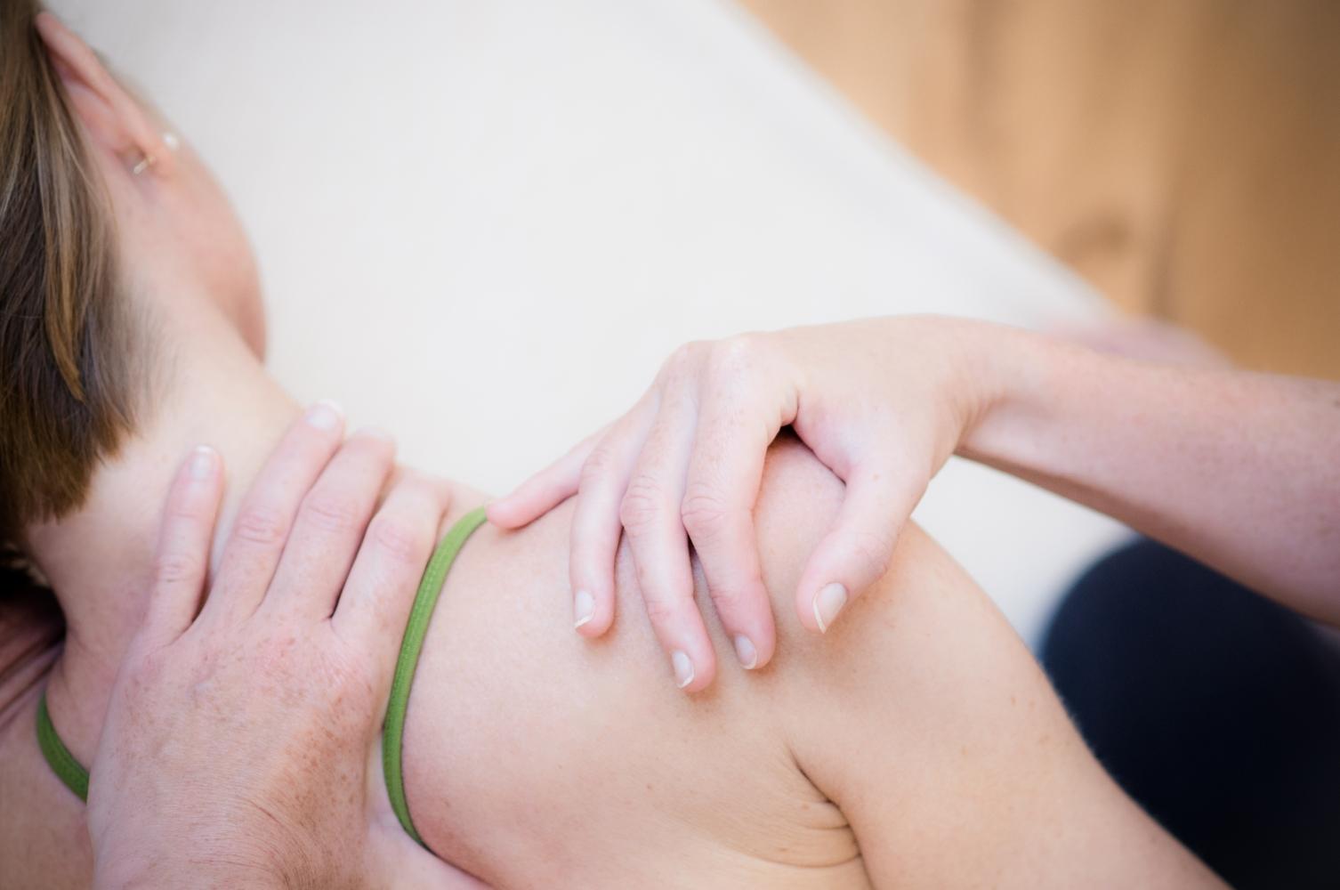 thai yoga massage nacken- und schultermassage