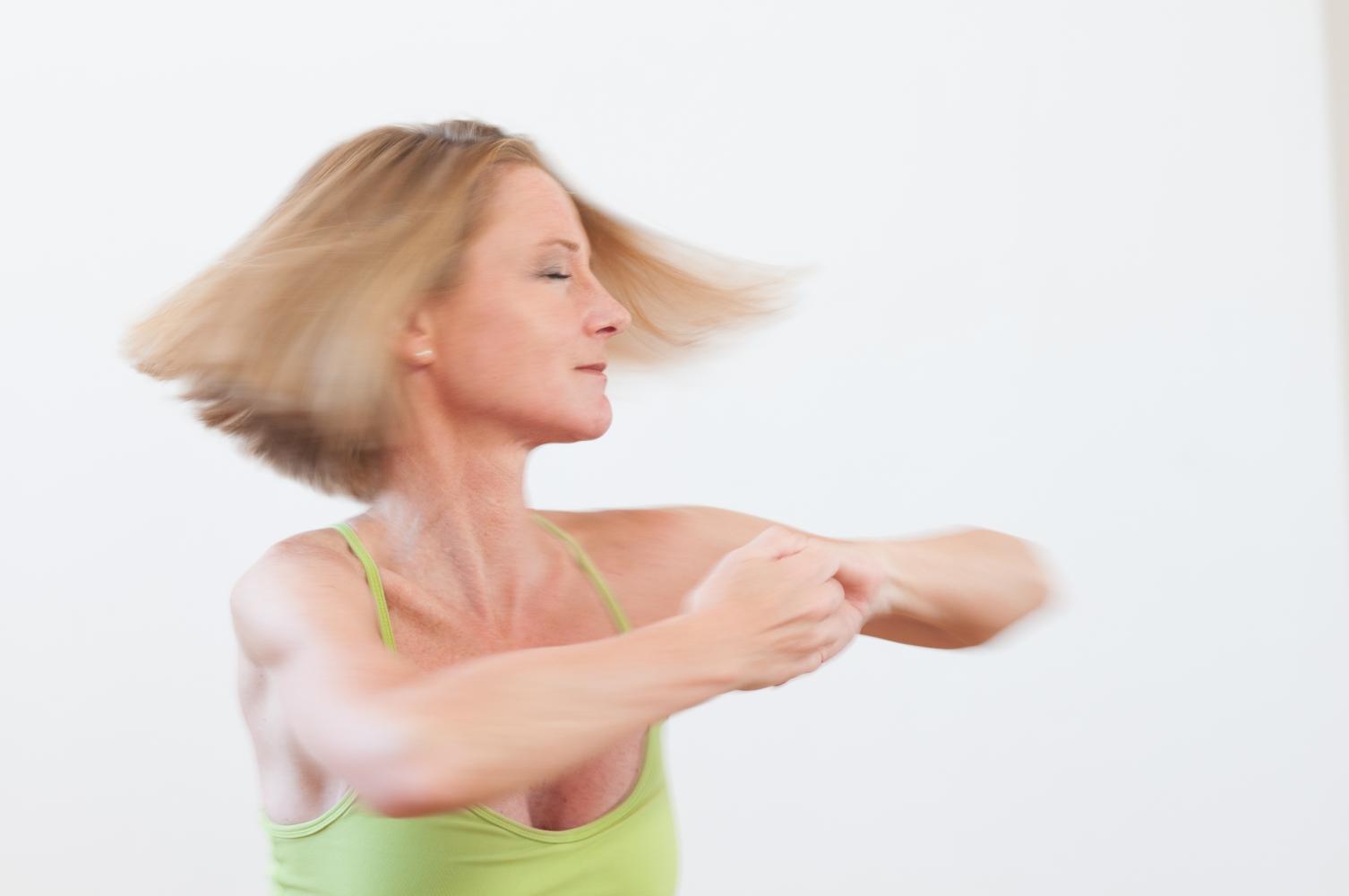 hormon yoga fliegende haare dynamisch 1
